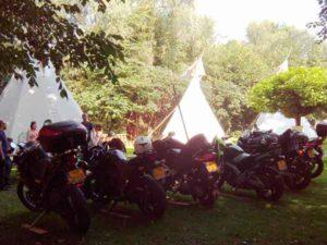 Met de motor toerrit overnachten in de tipi's van Wohali op minicamping Twekkelo