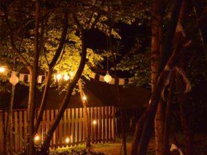 Bruilofts versiering in het avondlicht