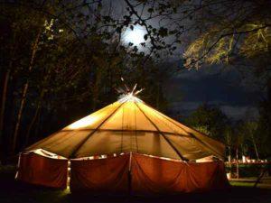 De Gathering van Wohali in de nacht